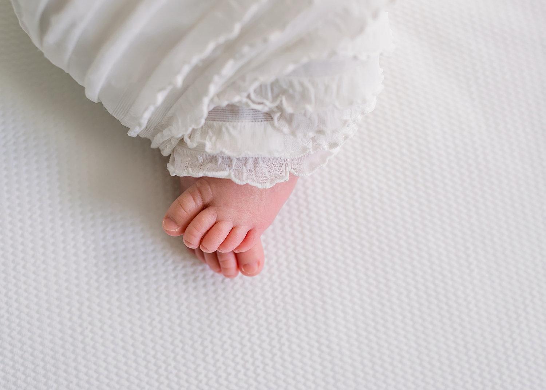 newborn baby toes, white swaddle, white linen swaddle, white ruffle swaddle, Ryaphotos